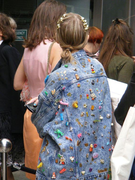 come personalizzare un giubbotto di jeans con spille e toppe (2)