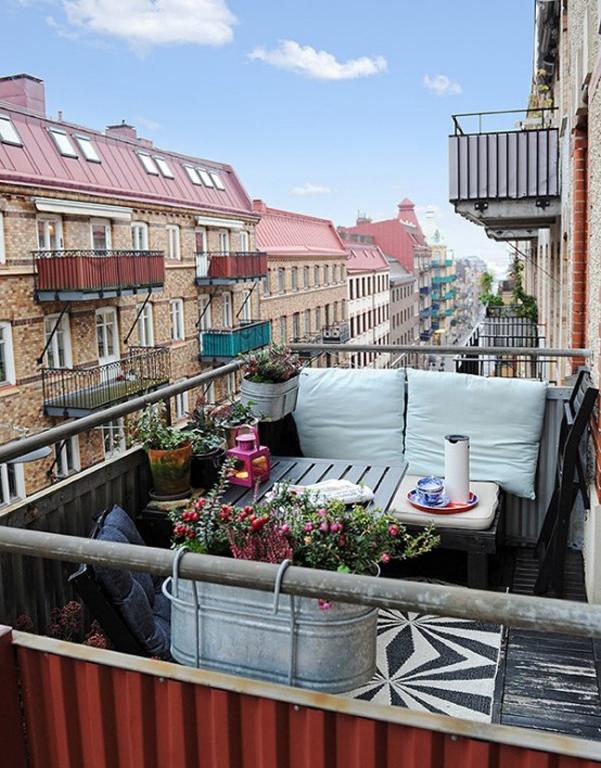 Idee per arredare la veranda in estate wegirls - Divanetto da balcone ...