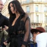 Un uomo bacia il didietro di Kim Kardashian per strada (VIDEO)