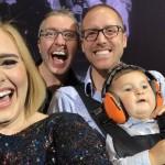 Adele invita una famiglia gay sul palco per scattarsi un selfie! – VIDEO
