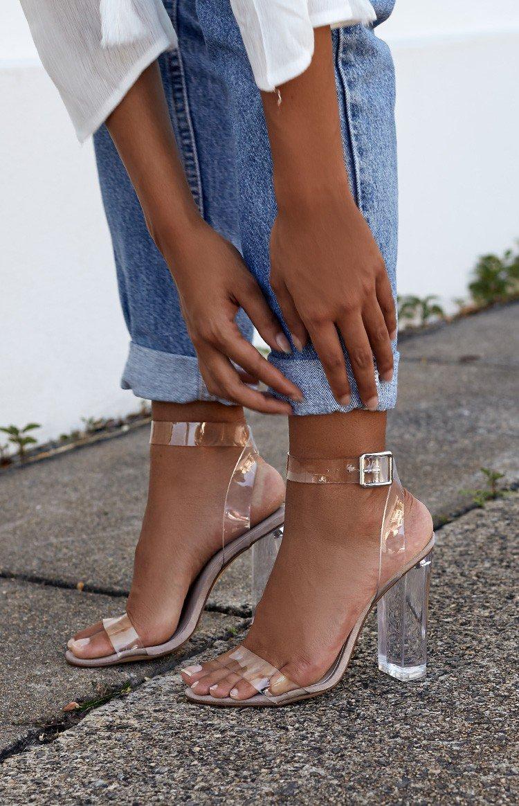 scarpe con tacchi trasparenti